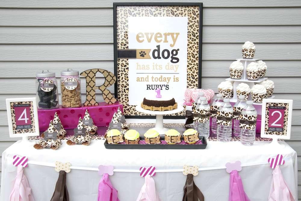 mesa preparada para cumpleaños de perro